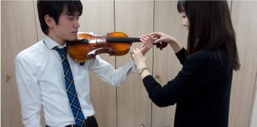 ヴァイオリンのレッスンに挑戦。立ち方と姿勢から始まり、楽器の名称と持ち方、肩当ての着け方などを先生がやさしく指導してくれる。弓には、馬のしっぽの毛が150本以上使われているそう。(イメージ)