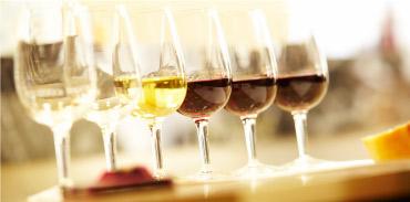 ワインの基礎を体系的に学びたい人におすすめの「ワイン総合コース」は、Step-Ⅰ~Ⅲまでがあり、ビギナーから深くワインを追求したい人まで幅広い生徒が集まる。無料体験セミナーでまずはスクールの雰囲気に触れたい。(イメージ)