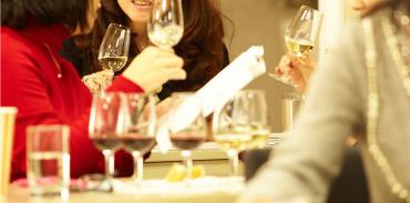 無料体験セミナーは、「ワインスクールってどんなところ?」「授業はどんな感じ?」「難しくないかな?」といった疑問や不安を解消し、ワインを学ぶ楽しさを見つけることができる1時間。気軽な雰囲気の中、実際に授業で行うワイン・テイスティングも体験できる。(イメージ)