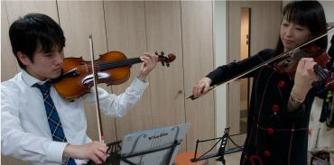 最後は先生と一緒に合奏を。先生がメロディを弾いてくれて、ベートーベンの第九で知られる「歓びの歌」を演奏。1日で演奏できる曲が生まれるのはうれしい。弦楽器はグループでアンサンブルも楽しめるのが良いところ、と先生。(イメージ)