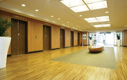 明るく開放感あるエレベーターホール